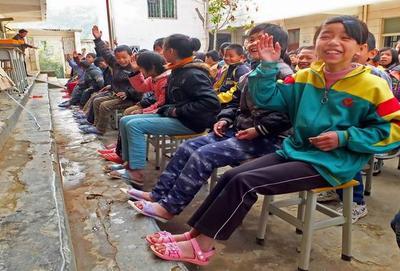 """阳光慈善""""童梦成真""""温暖山区怀集甘洒镇送鞋活动"""